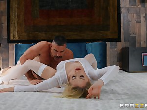 Unusual sex poses and strong orgasm are very welcome for Alix Lynx