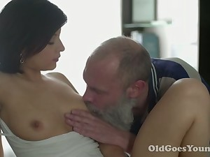 After sensual morning cunnilingus my friend's GF gives him nice head